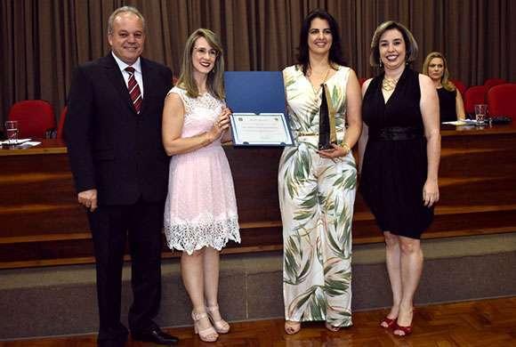 Dra. Fátima Cristiane Lopes Goularte, homenageada da área de educação farmacêutica