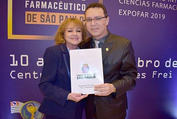 A vereadora Edir Sales entrega o Projeto de Lei ao presidente do CRF-SP, DR. Marcos Machado